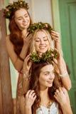 Três mulheres com grinaldas Imagens de Stock Royalty Free