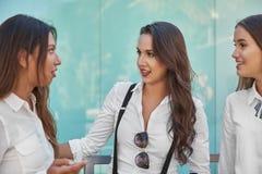 Três mulheres de negócios novas que falam junto fora Imagem de Stock