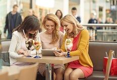 Três mulheres gladsome na cafetaria Fotos de Stock Royalty Free