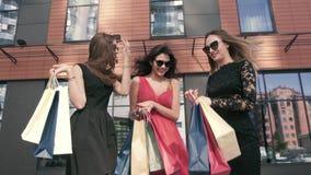 Três mulheres maravilhosas que falam entre si sobre seu dia da compra vídeos de arquivo
