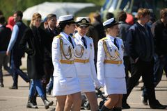 Três mulheres no uniforme militar branco do russo estão andando entre povos Fotos de Stock