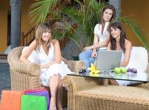Três mulheres novas bonitas que apreciam fotografia de stock royalty free