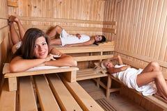 Três mulheres que relaxam uma sauna quente Fotografia de Stock Royalty Free