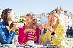 Três mulheres que têm uma conversação do divertimento fotografia de stock