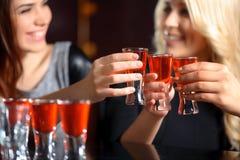 Três mulheres têm uma bebida na barra foto de stock royalty free