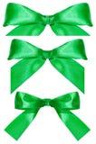 Três nós verdes da curva do cetim isolados no branco Imagens de Stock Royalty Free