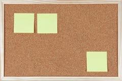 Três notas de post-it sticked no corkboard Fotos de Stock Royalty Free