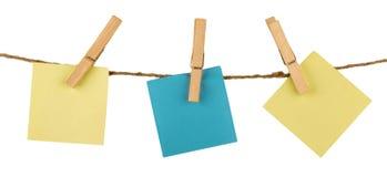 Três notas pegajosas que penduram na guita unida com Imagens de Stock Royalty Free
