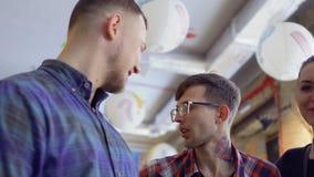 Três olhares felizes dos amigos in camera vídeos de arquivo