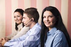 Três operadores da sustentação no trabalho foto de stock