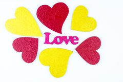 Três três os vermelhos corações do ouro e com a palavra amam o rosa isolados Foto de Stock Royalty Free