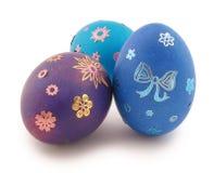 Três ovos (azul, turquesa, violetas) com ornamento fotos de stock royalty free