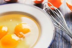 Três ovos crus em uma placa de metal branco Imagens de Stock Royalty Free