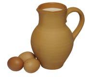 Três ovos da galinha e jarros da argila de leite fresco fotos de stock