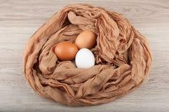 Três ovos da galinha no ninho feito do saco de pano Fotos de Stock