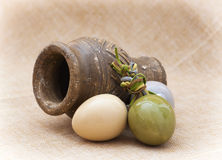 Três ovos da páscoa e vasos cerâmicos da argila Imagem de Stock Royalty Free