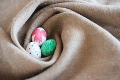 Três ovos da páscoa em um ninho Fotos de Stock Royalty Free