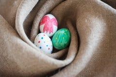 Três ovos da páscoa em um ninho Fotografia de Stock Royalty Free