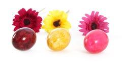 Três ovos da páscoa coloridos com flores imagem de stock