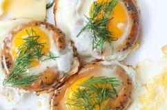 Três ovos fritados Ovos fritados no pão Foto de Stock