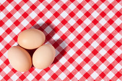 Três ovos no tablecloth do piquenique Imagem de Stock Royalty Free