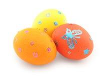 Três ovos (vermelho, alaranjado e amarelo) com ornamento fotografia de stock