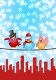 Três pássaros na cena do Natal da skyline da cidade do fio Fotografia de Stock