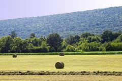 Três pacotes do feno e da montanha Ridge Fotografia de Stock Royalty Free