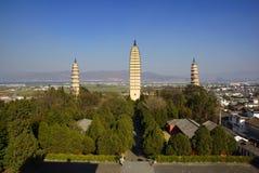 Três pagodes budistas na cidade velha de Dali, província de Yunnan, China Imagem de Stock Royalty Free