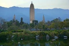 Três pagodes budistas na cidade velha de Dali, província de Yunnan, China Imagens de Stock Royalty Free