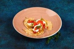 Três panquecas com caviar vermelho em uma placa Imagens de Stock