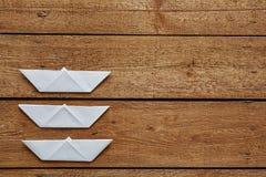 Três paperboats dobrados prontos para uma raça Fotografia de Stock