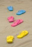 Três pares de falhanços de aleta coloridos na areia branca Imagem de Stock Royalty Free