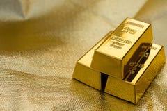 Três partes de barras de ouro imagens de stock