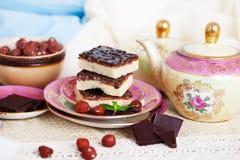 Três partes de bolo do shortcake com porcas e Foto de Stock