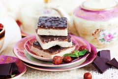 Três partes de bolo do shortcake com porcas e Imagem de Stock