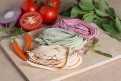 Três partes de massa italiana colorida do fettuccine com manjericão, a Fotos de Stock Royalty Free