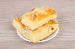 Três partes de torta de maçã em uns pires na tabela Imagens de Stock