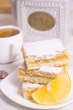 Três partes de torta do limão com limão e o copo frescos do chá Fotos de Stock