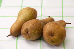 Três peras em uma toalha de prato Fotos de Stock Royalty Free