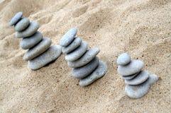 Três pilhas de pedras equilibradas Imagens de Stock