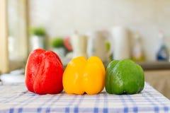 Três pimentas de Bell, vermelhos, amarelos e verdes Imagens de Stock Royalty Free
