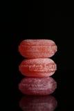 Três pirulitos vermelhos isolados no fundo preto com reflexão Imagens de Stock Royalty Free