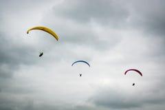 Três planadores de cair em Dunstable tragam no dia nebuloso fotos de stock