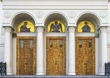 Três portas de madeira à entrada da catedral Fotografia de Stock Royalty Free