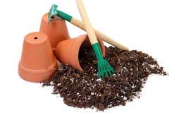 Três potenciômetros, solos e ferramentas de argila Fotografia de Stock Royalty Free