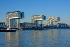 Três prédios de apartamentos em forma de L modernos ao longo do rio rhine, água de Colônia Foto de Stock