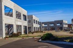 Três prédios de escritórios inacabados da construção nova Fotografia de Stock