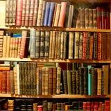 Três prateleiras de livros bonitos velhos imagens de stock