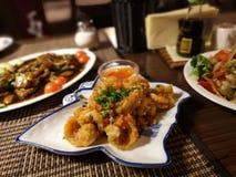 Três pratos orientais com carne, camarões, tomates, cenouras, pimenta vermelha e macarronetes de arroz fotos de stock